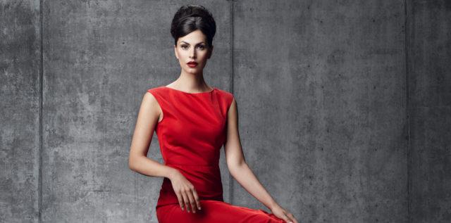 König + Neurath Key Visual Woman in Red